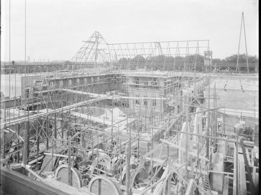 Zomer 1910, het plaatsen van de dakconstructie