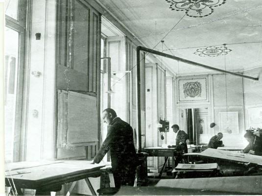 De architect Wijdeveld aan het werk in het tekenatelier van het Vredespaleis.